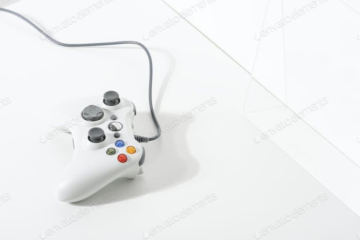 Белый игровой контроллер на белом полу