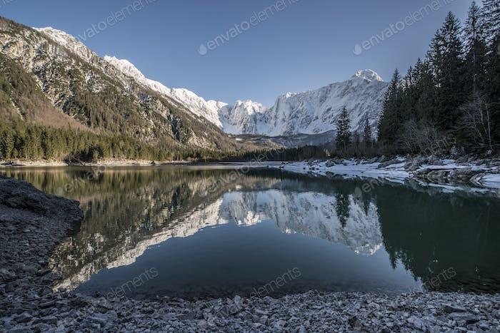 Schöne Reflexion der Berge im See Lago di Fusine