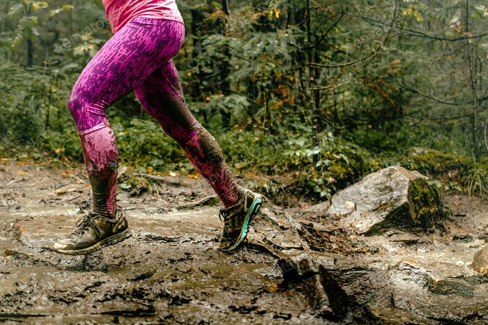 Frau läuft über Felsen in Wald