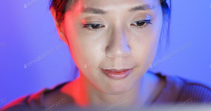 Frau Arbeit am Computer