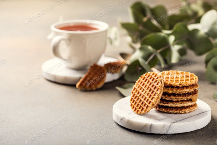 Sirupwaffeln Kekse und Tasse Tee