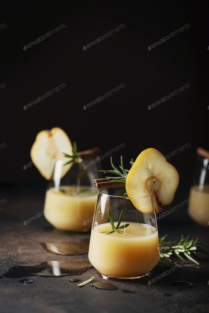 Gesundes Erfrischungsgetränk mit Birnen