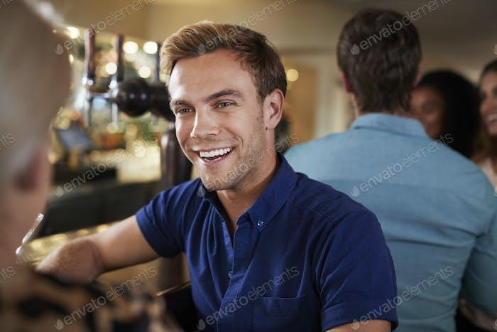 paar auf date sitzen bei bar theke und reden