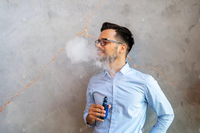 Курение и вейпинг могут быть нездоровыми и вызывающими привыкание и представлять опасность для здоровья легких