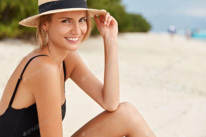 Porträt einer jungen Europäerin mit perfekter Figur, die mit Sommerferien zufrieden ist
