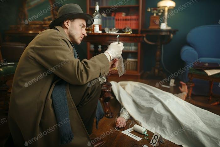 Männlicher Detektiv mit nimmt Suchbeweise