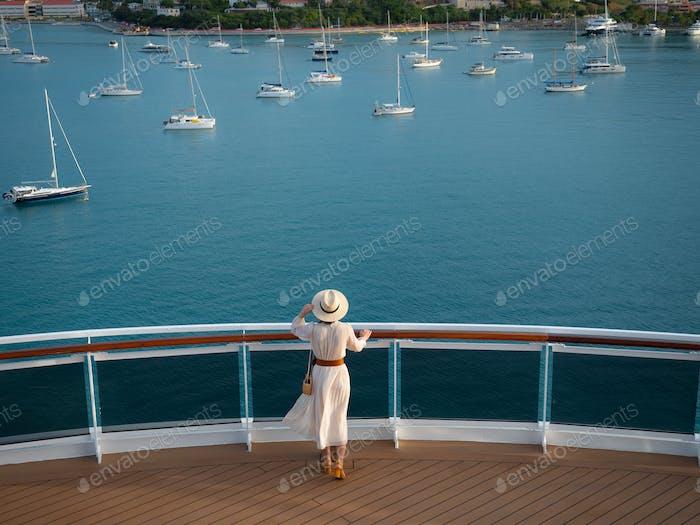 Mujer joven en un crucero por el mar