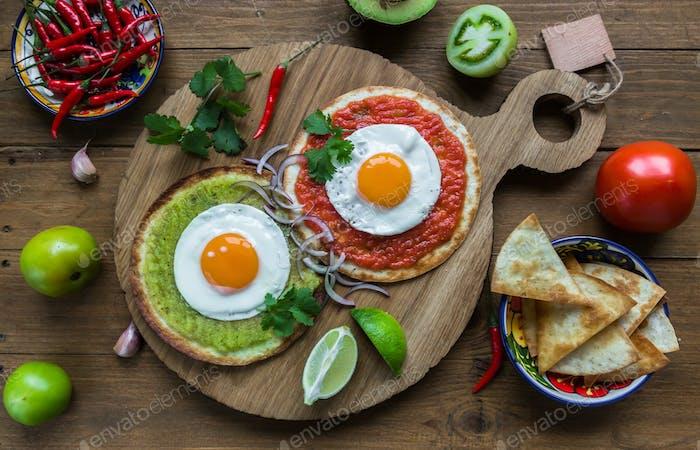 huevos divorciados, Spiegeleier auf Maistortillas mit Salsa Verde und Roja, mexikanisches Frühstück