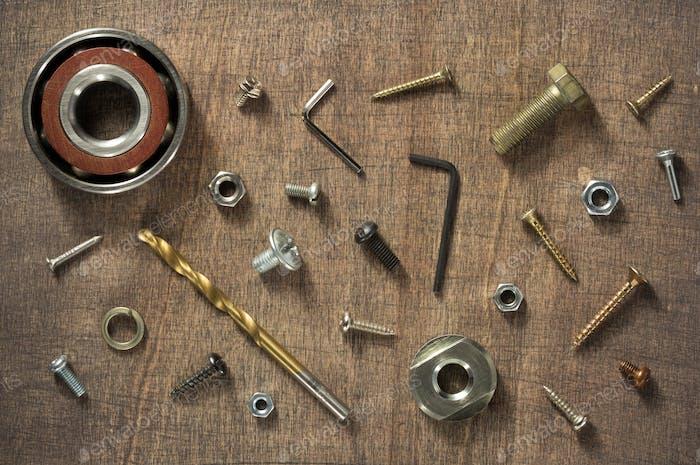 Hardware-Werkzeuge und Schrauben an Holz