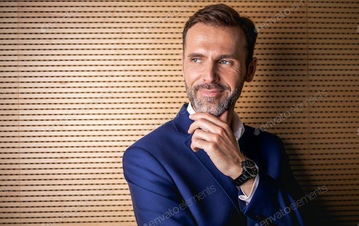 Портрет красивого профессионального бизнесмена, смотрящего на камеру