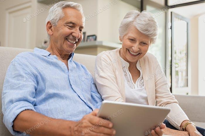 Senioren mit digitalem Tablet