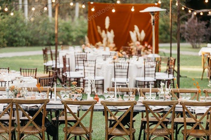 Organisation von stilvoller Hochzeit und neuer Normal im Sommer