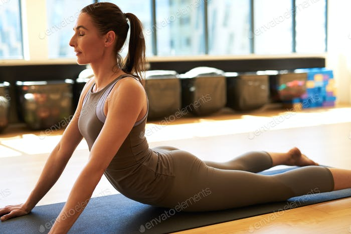 Gut aussehende Frau im Fitnessstudio
