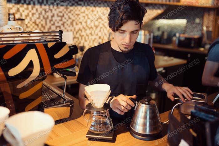 Barista en Trabajo en una cafetería