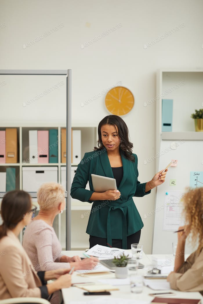 Schöne African American Businesswoman bei Meeting