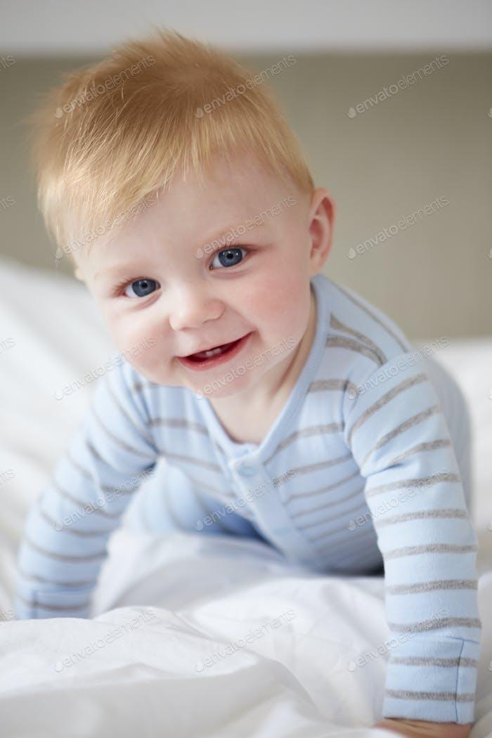 Junge Baby Junge spielen im Bett