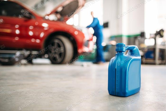 Ölkanister auf dem Boden im Autoservice