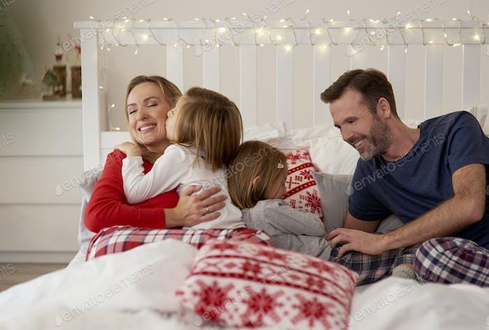 Familie Weihnachten im Bett