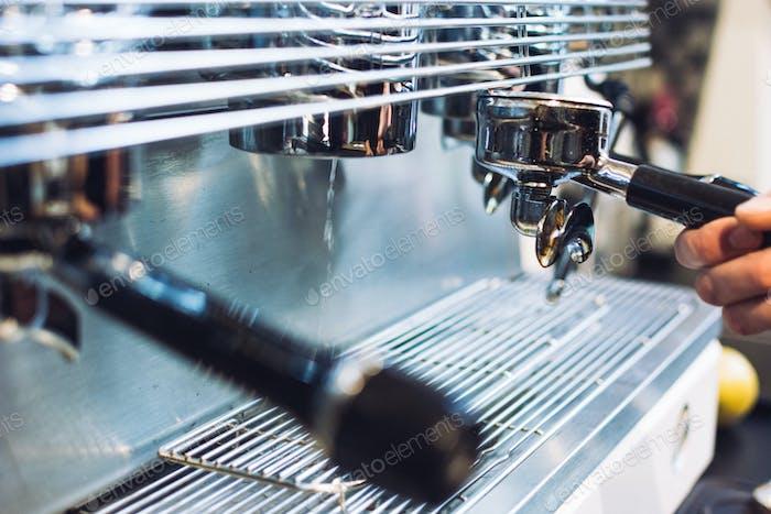Portafilter in Espressomaschine