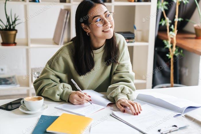 Attraktive junge Mädchen Student Studium an der College-Bibliothek