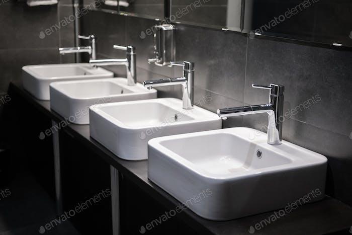 Lavabos Moderno con espejo en el baño público