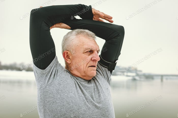 Senior Mann Stretching durch die Fluss