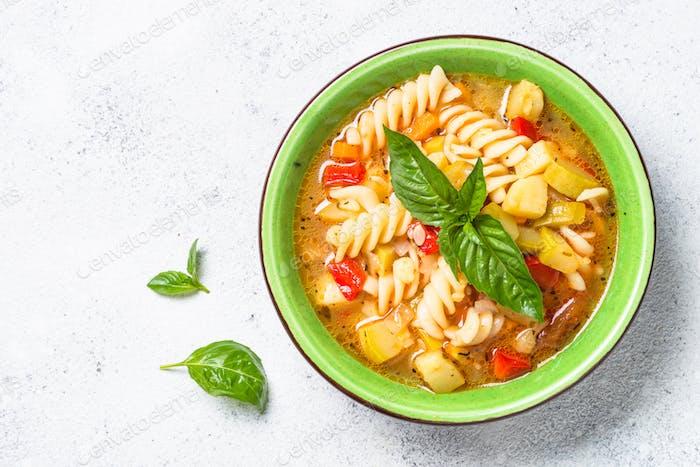 Minestrone mit Gemüse- und Pasta-Draufsicht