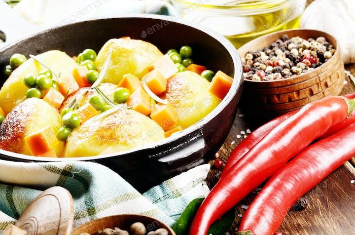 Pfanne mit gekochten und gebackenen Kartoffeln