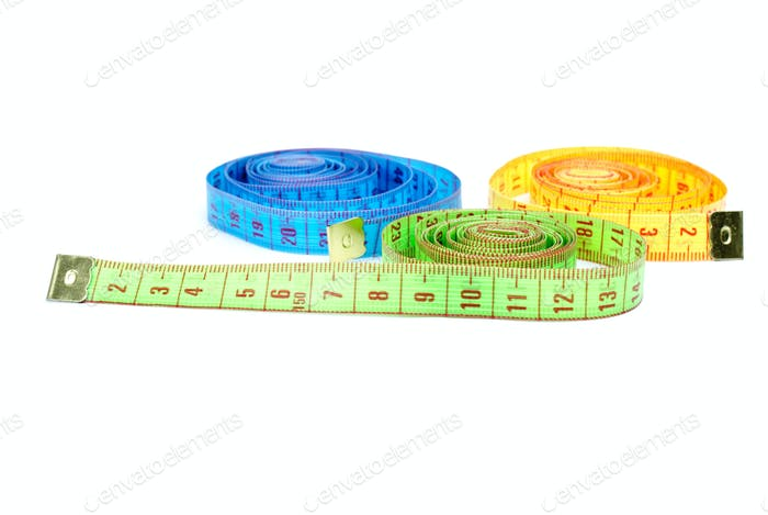 Drei gerollte Maßbänder in verschiedenen Farben