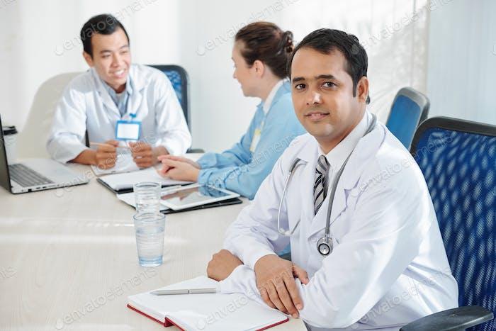 Allgemeinmediziner, der an der Sitzung teilnimmt